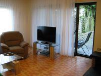 Wohnzimmer mit HD-Flachbild-TV, Sat-Empfang, DVD-Player, große Schiebetür mit Ausgang zur Terrasse - Bild 2: Ferienhaus EifelNatur 1 - großzügige und komfortable 4-Sterne-FeWo