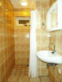 Badezimmer am Erdgeschoss mit Dusche, WC, und Waschbecken - Bild 20: Weihnachten: 5 Nächte stehen, aber nur 3 zahlen! Großes schönes Ferienhaus