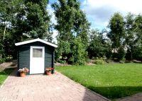Der Garten mit Rasen und Geräteschuppen. - Bild 5: Sehr schönes Ferienhaus, jetzt € 50,- Rabatt jedes Wochenende bis Mai