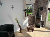 im Wohnzimmer, etwas Holz steht für Sie bereit. - Bild 2: Neu Ferienhaus mit Hund, zwischen Büsum u. St.Peter, Sauna, Kamin, WLAN