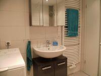"""Hier sehen Sie das moderne Bad mit Fußbodenheizung, Handtuchwärmer, Spiegelschrank und einer Waschmaschine. - Bild 8: Ferienwohnung """"Albatros"""" im Herzen vom Nordseeheilbad Norddeich"""