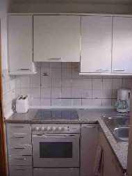 Ihre Küche ist großzügig, die keine Wünsche offen läßt.  Ausgestattet mit Heißluftherd, Mikrowelle,  Geschirrspülmaschine und vollständigem Inventar, sowie einem Abstellraum. - Bild 5: Ferienwohnung Pfau in Immenstaad am Bodensee