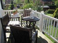 kleiner Balkon mit Sitzgelegenheit und mit Markise als Sonnenschutz. - Bild 5: Ferienwohnung BINNEN mit Gartenbereich,Balkon und Sauna