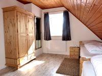 helle und freundliche Schlafzimmer im Obergeschoss (hier mit 2 Einzelbetten) - Bild 5: Heini's Huus 2 - Ferien mit Hund an der Nordsee