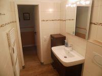 Das Bad hat einen großen Spiegel und viel Ablegefläche. - Bild 14: Groemitz-Villa am Meer - Seeblick Ferienwohnung