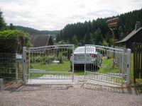 Die Einfahrt hat ein Tor welches über eine Fernbedienung geöffnet wird u. sich nach 3min. automatisch schließt. - Bild 11: Ferienhaus Buchenblick- Das Nichtraucherhaus mit Ambiente und Flair