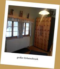 großer Vorraum mit Zierbenkleiderschrank - Bild 2: Zimmer im Haus Kreidl in Bad Aussee, im Salzkammergut, Austria