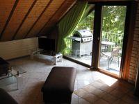 Im Hintergrund der Gasgrill auf dem Balkon. - Bild 5: Ferienwohnung EifelNatur 3 - gemütliche 4-Sterne-Dachgeschosswohnung