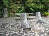 Mit Sonnenliegen und Tischtennisplatte - Bild 14: Ferienwohnung EifelNatur 3 - gemütliche 4-Sterne-Dachgeschosswohnung