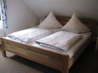 Mit Doppelbett. - Bild 8: Ferienwohnung EifelNatur 3 - gemütliche 4-Sterne-Dachgeschosswohnung