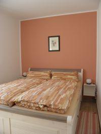 das Schlafzimmer hat ein Doppelbett 160x200 Kleiderschrank und Verdunklungsrollos - Bild 5: Ferienwohnung Buhnenkieker-Graal-Müritz-Ostsee