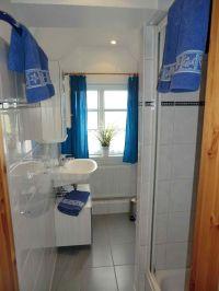 modernes Duschbad mit WC - Bild 8: Nordseeferienhaushälften Möwe mit Hund, W-Lan