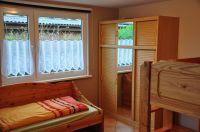 Schlafzimmer / Kinderzimmer mit einem Einzelbett und Etagenbett - Bild 2: Ferienhaus Wiebers am Hohenfelder Ostseestrand ( 150 m )