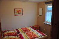 Schlafzimmer mit Doppelbett - Bild 2: Ferienhaus Wiebers am Hohenfelder Ostseestrand ( 150 m )