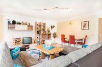 Wohnzimmer mit großer gemütlicher Couch - Bild 2: Ferienidylle Eder 5 Sterne DTV / Bayerischer Wald