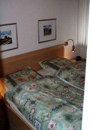 """Schlafraum 1 mit Doppelbett, Nachtkonsolen und großem Kleiderschrank - Bild 8: Ferienhaus """"Kristina"""" an der ostfriesischen Nordseeküste - Hunde erlaubt"""