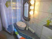 Waschtisch mit handgefertigten geschnitzten Spiegel und Dusche - Bild 8: Ferienzimmer im schönsten Tal der Oberlausitz, in der Cunewalder Obermühle