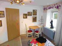 Ferienzimmer 2 mit Bett 2, Essplatz und Bildergalerie - Bild 2: Ferienzimmer im schönsten Tal der Oberlausitz, in der Cunewalder Obermühle