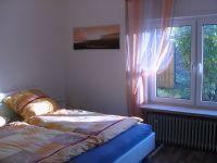 Das Schlafzimmer mit Doppelbett und Hartschaummatratzen, auf denen sich traumhaft schlafen lässt - Bild 8: Ferienhaus Zaunkönig Ihr Urlaub mit Hund im Odenwald / Hessen