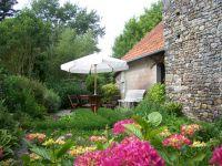 Dieser Gartenteil ist eingezäunt. Daran angrenzend die Spiel- und Liegewiese. - Bild 8: Maison Biemont, normannisches Natursteinhaus 16. Jahrhundert, Kamin