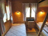 Im Kinderzimmer befinden sich 2 Einzelbetten und über dem rechten Einzelbett ein eingebautes Hochbett. - Bild 5: Blockhausurlaub Bayerischer Wald - ideal für Familien mit Kindern und Hund