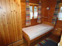 Einzelbett im Kinderzimmer und Kleiderschrank. - Bild 5: Urlaub im Blockhaus - Ruhe und Natur für Mensch und Hund