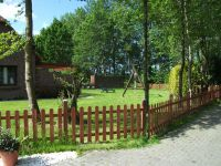 Im eingezäunten Garten können die Kinder und/oder Hunde problemlos herumtollen - Bild 8: Ferienhaus LUKAS (vorm. Holl) in Dornum