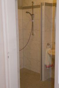 Die Dusche ist barrierefrei. Für kleine Kinder gibt es eine kleine Wanne. - Bild 11: 3-Zi-Ferienwohnung im Herzen von Erfurt bis 6 Personen