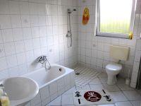 Badewanne und befahrbarer Dusche - Bild 5: Ferienhaus Arnolde mit Hund Nordsee Ostfriesl. Gr.EingezGartenAlleinnutzung