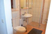 Modernes Bad mit ebenerdiger Dusche, WC und Badheizung im Souterrain - Bild 8: Ferienhaus Eifelröschen - wenn Sie das Besondere lieben