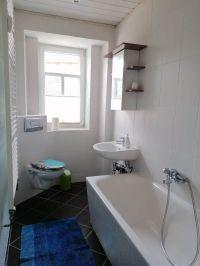 Im Badezimmer befindet sich eine Wanne mit Dusche - Bild 2: FährienWohnung auf dem Fährhof in Lorenzkirch