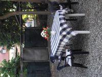 Eine kleine, gekieste (Hundefreundlich eingezäunte) Terrasse mit Tisch und Stühlen. - Bild 5: FeWo in der alten Kinderschule im Naturpark Südschwarzwald