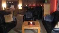 Das ca. 50 qm grosse Wohnzimmer bietet Ihnen eine grosse gemütliche Ledergarnitur, einen grossen stabilen Esstisch für 6 Personen und einen Kamin, den man nicht übersehen kann, Flachbild-TV und Musikanlage und... natürlich Panoramascheiben mit Meerblick. Vom Wohnzimmer kommen Sie durch das grosse Schiebeelement auf die Seitenterrasse. - Bild 5: Top-Ferienhaus Ostsee Meersicht Hunde Nahe Grömitz