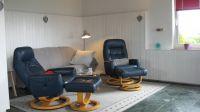Das neu eingerichtete Wohnzimmer bietet Ihnen eine Couch mit Schlaffunktion, Im Sitzen schauen Sie auf das Meer, auf den Flachbild-TV und auf den Kamin... und das am besten alles vom Komfort-Sessel aus. Hier ist man und hier bleibt man. - Bild 8: Hundefreundlich Ostsee mit tollem Meerblick
