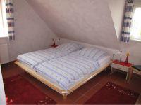 Ein Schlafraum ist mit Doppelbett, das Andere mit Einzelbetten, die zusammengeschoben werden können, ausgestattet. - Bild 2: Insel Rügen; Maisonettewohnung von Privat; Schwimmbad/Sauna 400m vom Strand