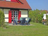 Die Terrasse ist durch Bewuchs mit Sichtschutz umgeben. Der Grillkamin ist im Sommer natürlich ideal. - Bild 5: Insel Rügen; Maisonettewohnung von Privat; Schwimmbad/Sauna 400m vom Strand