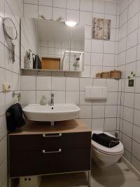 Bad mit Waschbecken, WC und Dusche. Es ist ein Fön für unsere Gäste vorhanden. - Bild 23: Ferienhaus Waldhäuschen Zandt- Bayerischer Wald