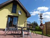 Die sonnige Terrasse mit Grill. Leckere Grillwurst gibt es beim örtlichen Fleischer. - Bild 2: Ferienhaus im Oderbruch - 2 Schlafzimmer - WLAN - Garten mit Grill