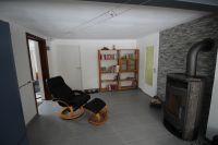 hochwertiger Kaminofen, Kaminholz vorrätig Relax-Sessel Bücherregal mit Urlaubslektüre für jund und alt - Bild 5: Wellness für Familie und Hund Ferienhaus an Ostsee und Schlei