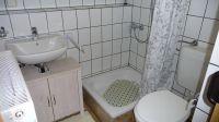 Im Badezimmer gibt es eine Dusche, ein WC, ein Waschbecken sowie einen Spiegelschrank. - Bild 8: Ferienwohnung (Souterrain) in Berlin-Rudow