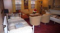 Wohnzimmer mit extra Betten. Auf der Schlafcouch können auch zwei Personen schlafen. - Bild 2: Ferienwohnung (Souterrain) in Berlin-Rudow