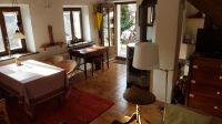 Von Küche aus gesehen. Rechts: Schlafsofa, Kommode mit Fernseher. Links: Esstisch, Katalytofen, Antik-Schreibtisch - Bild 8: Sonnig und ruhig gelegenes Ferienhaus in Orasso (Cannobiner Tal)