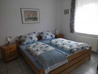 Doppelbett,Schrank - Bild 14: Ferienhaus Ramona 2-6 Pers.Urlaub mir Hund,Nessmersiel -Nordseeküste