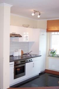 Küche mit Zugang zum 2. Balkon - Bild 2: Ferienwohnung Nr. 8 in der Villa Laetitia