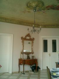 Wohnzimmerdecke mit Stuck und Engeln u.Eulen - Bild 5: Denkmalvilla Fiedler mit Ambiente, Wohnung B (62qm)