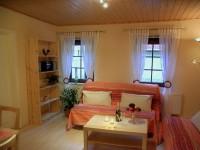 Wohnraum mit Schlafsofa, Esstisch und Stühlen - Bild 2: Ferienwohnung in Bad Schandau Elbsandsteingebirge